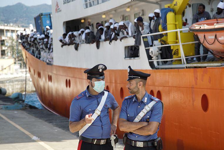 2016. Politie houdt de wacht, als reddingsschip Aquarius is aangemeerd aan de kade van Catanië op Sicilië. Carlijne Vos: 'Zodra ik aan boord was, vielen de vrouwen huilend in mijn armen.'    Beeld AP