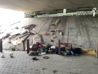 Ontruimingsactie daklozenkamp onder brug Brusselse Ring: hele container vol spullen verzameld