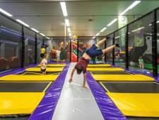 Jeugd vermaakt zich in het 'pop-up-pretpark' van Omnium in Goes