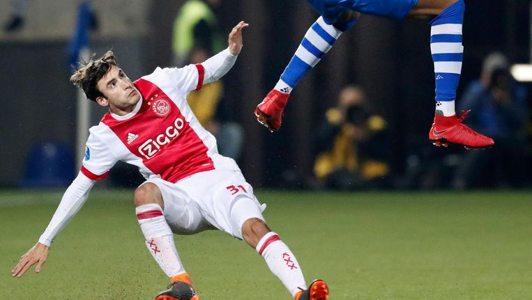 Nicolás Tagliafico in duel met PEC-speler Kingsley Ehizibue tijdens de uitwedstrijd in Zwolle in februari. Beeld Stanley Gontha/ProShots