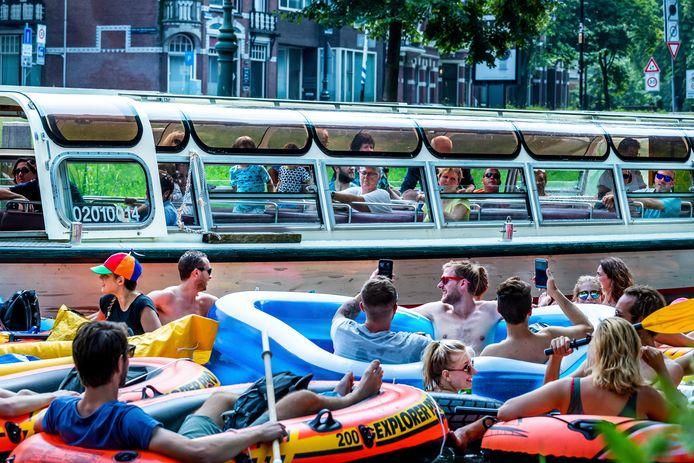 Steeds vaker worden er evenementen op het Utrechtse water georganiseerd, zoals hier de Rubberboot Missie (vóór de coronacrisis). Een rondvaartboot vaart op de achtergrond langs de rubber bootjes.