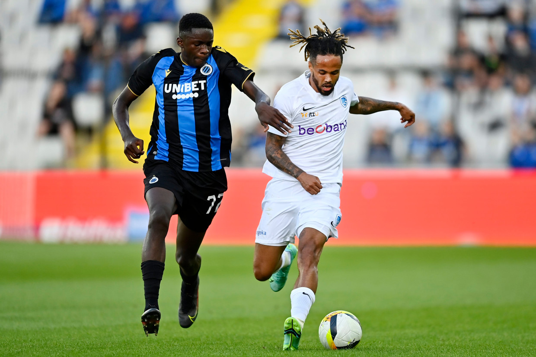Club Brugge-speler Noah Mbamba verdedigt op Théo Bongonda van Genk tijdens de supercup, afgelopen weekend. Beeld Photo News