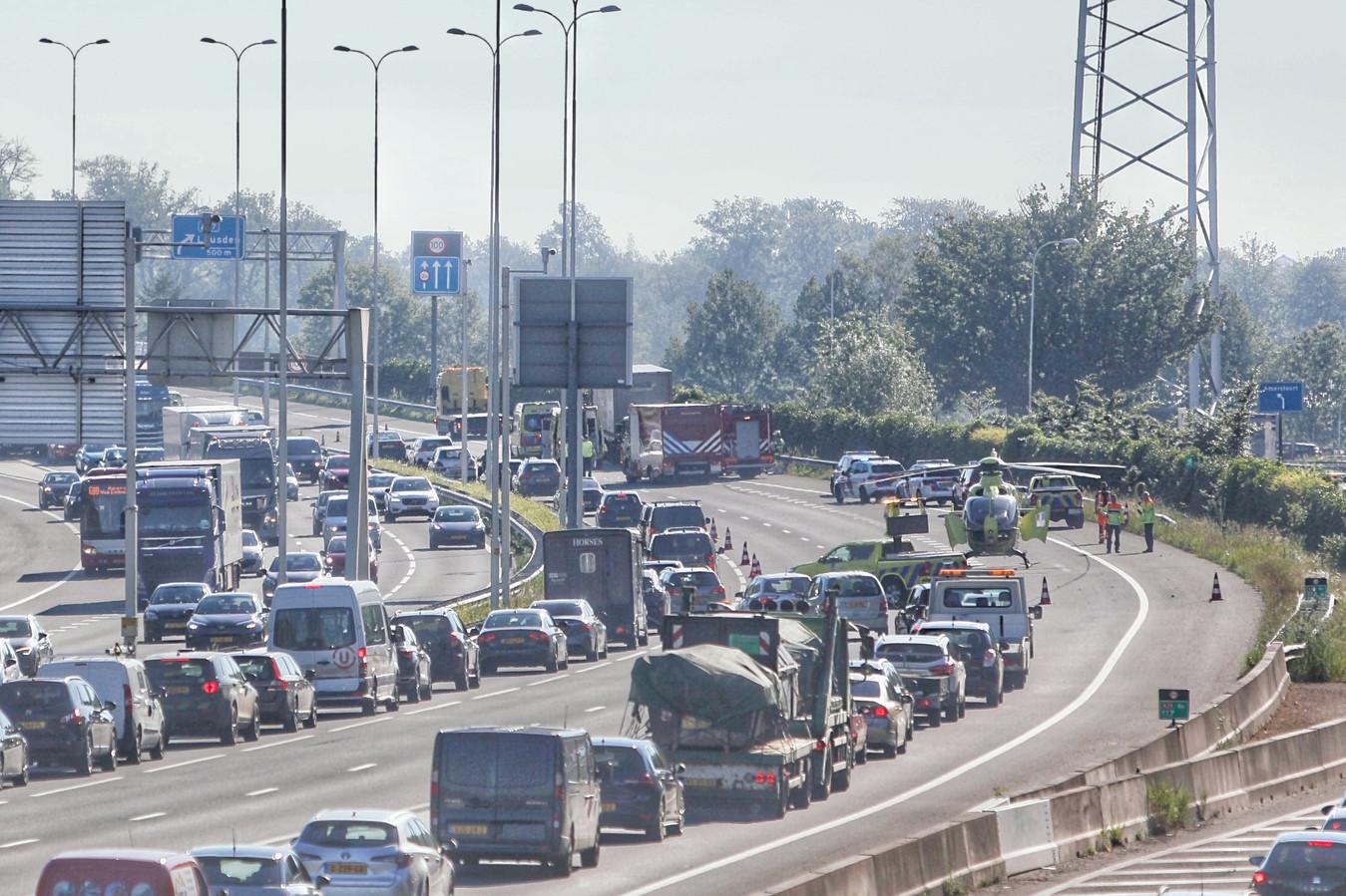 Er ontstond een lange file door het ongeluk. Een traumaheli landde op de snelweg.