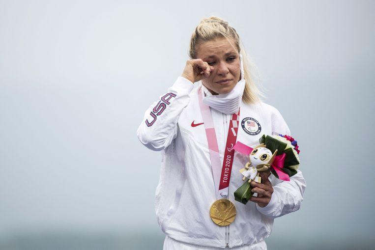 Een geëmotioneerde Oksana Masters na het winnen van goud bij het handbiken. Beeld AFP