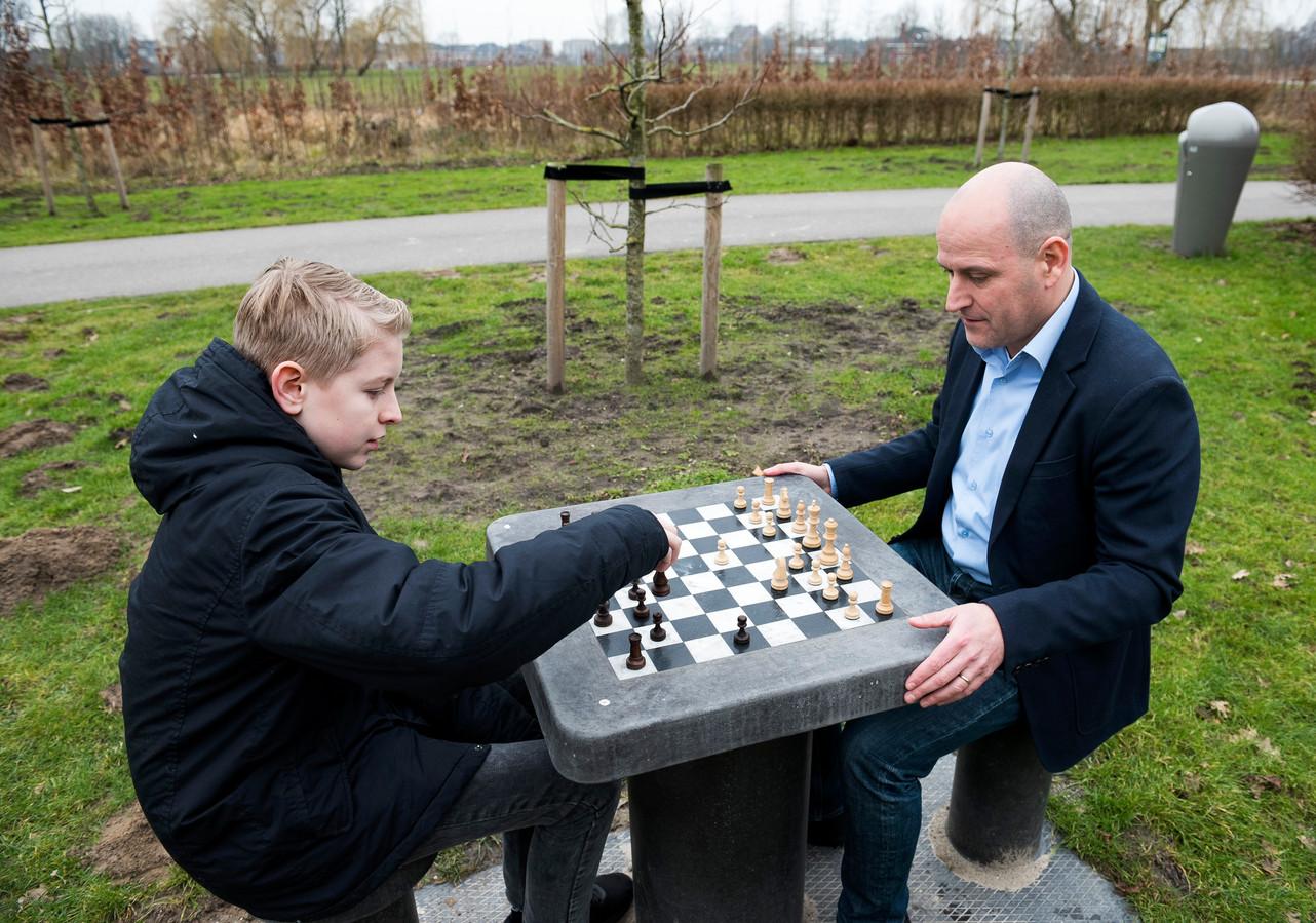 Een schaaktafel in de open lucht. Zoals hier in Utrecht. Rechts Jesús Medina.