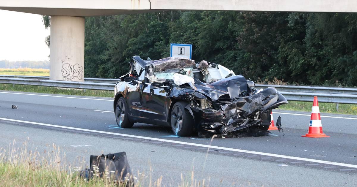 Automobilist zwaargewond bij botsing met vrachtwagen op A6 bij Rutten.