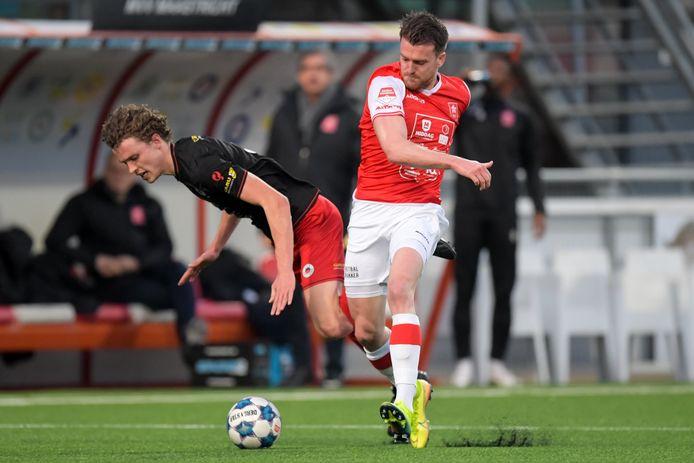 Arne Naudts (r.) wil zich bij MVV Maastricht weer in de kijker spelen.