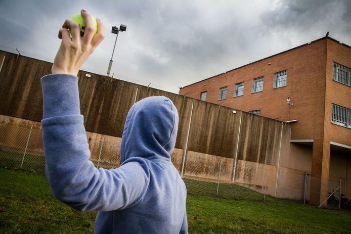 Met een tennisbal of een sok over de bajesmuur gegooid   Dordrecht   AD.nl