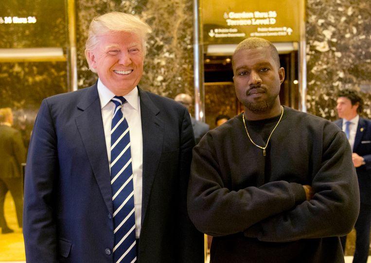 VS-president Donald Trump en rapper Kanye West poseren in de Trump Tower in New York in 2016. Beeld AP