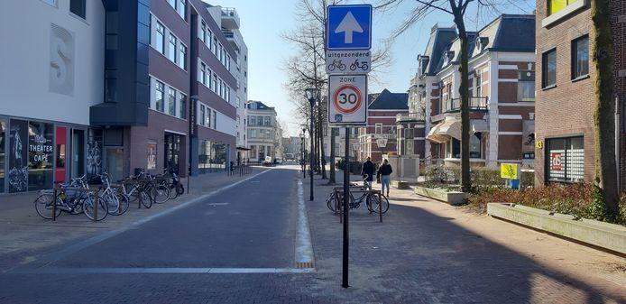 Eenrichtingsverkeer in de Keizerstraat, de entree vanaf het NS-station tot de Deventer binnenstad.