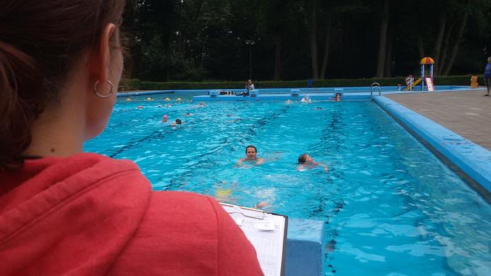 De deelnemers aan de Zwemvierdaagse in Zwembad Zegenwerp hadden alle ruimte bij het baantjestrekken.