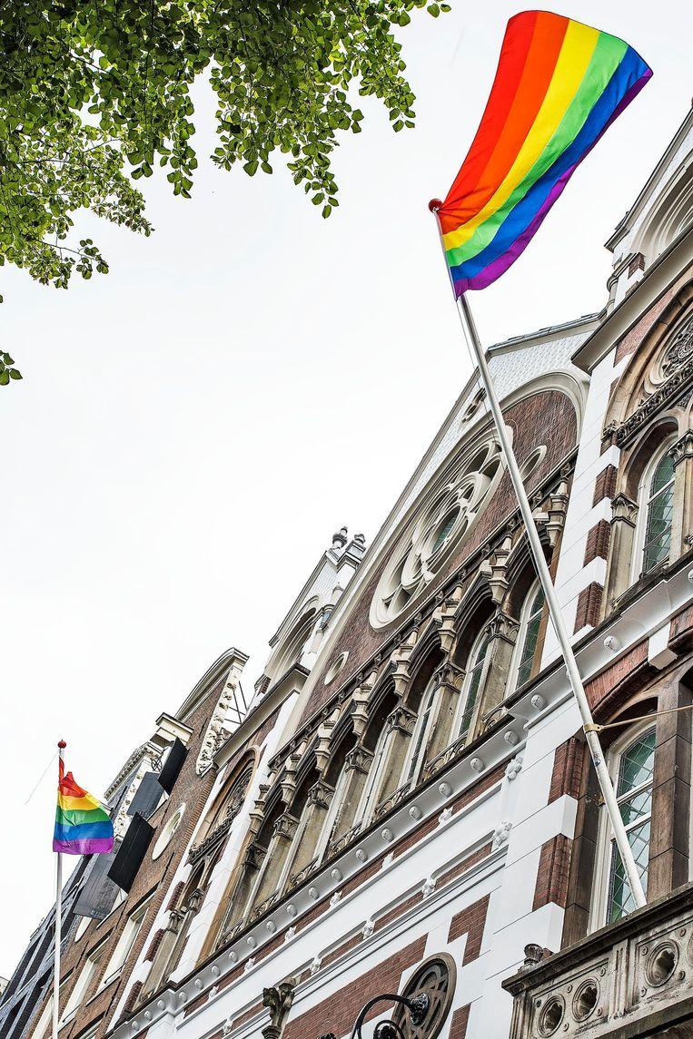 Twee regenboogvlaggen sieren de Keizersgrachtkerk in Amsterdam. Beeld Guus Dubbelman / de Volkskrant