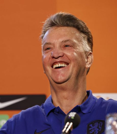 Ontspannen Van Gaal geniet volop van hilarische persconferentie: 'Ho, nou zeg ik te veel'