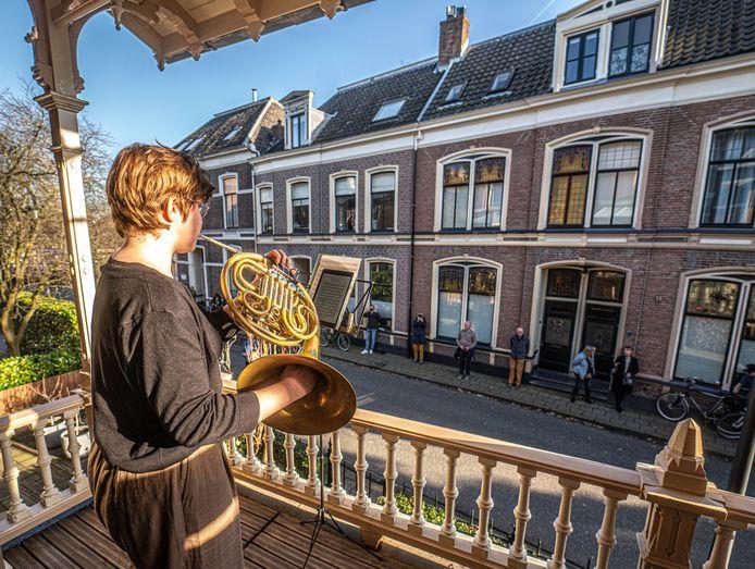 Anne de Groot treedt op vanaf het balkon van Landstra in de Ter Pelkwijkstraat