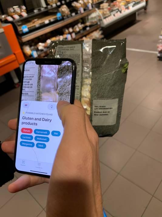 Een gebruiker van de app scant een product in de supermarkt op gluten en melkproducten.