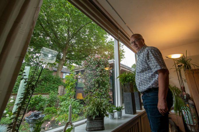 Laurens Dam klaagt steen en been over twee bomen voor zijn huis: die halen al het licht weg.