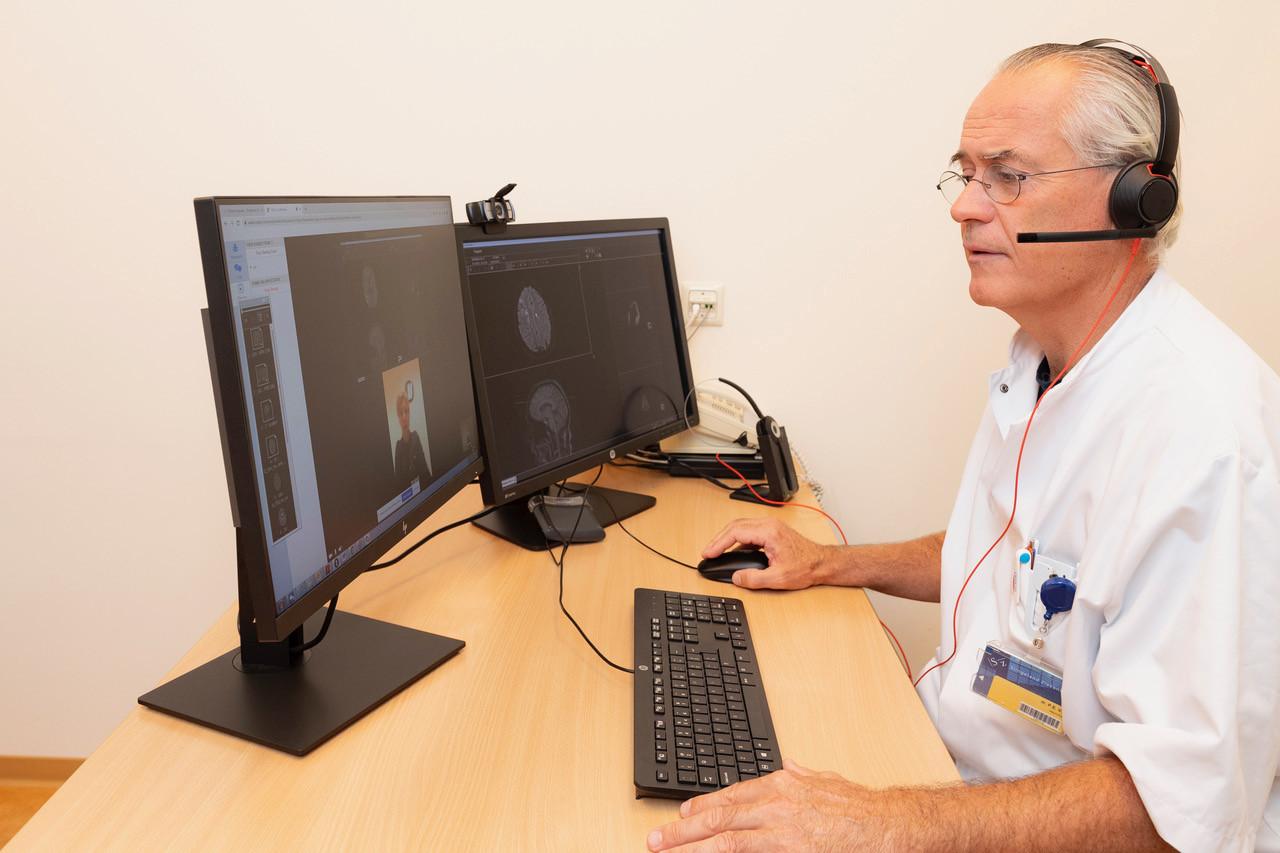 Neuroloog Pieter Vos van het Slingeland Ziekenhuis in gesprek met een patiënt via de computer. De verwachting is dat dit veel vaker gaat gebeuren.
