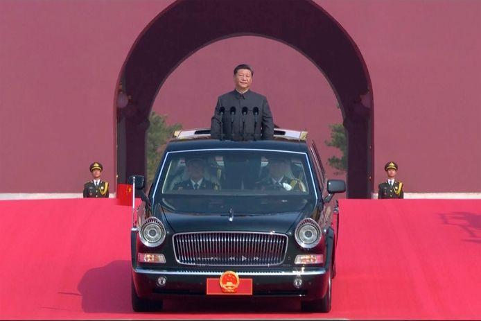 Huidig president Xi Jinping schouwt de troepen.