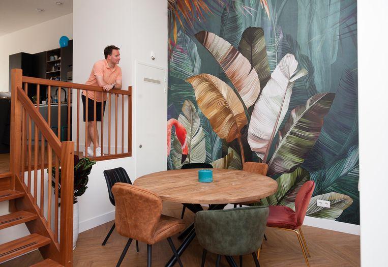 Junglebehang op de muur van Eva van Rooijen en haar man Bas. Beeld Nina Schollaardt
