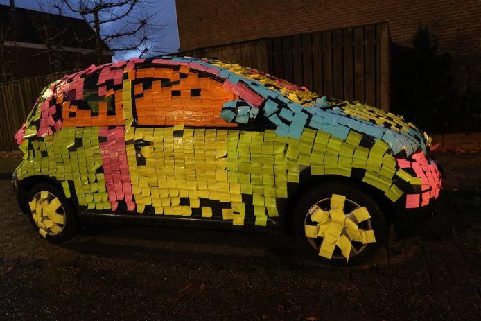 Mauds auto zat op haar 25e verjaardag helemaal volgeplakt met gekleurde post-its.