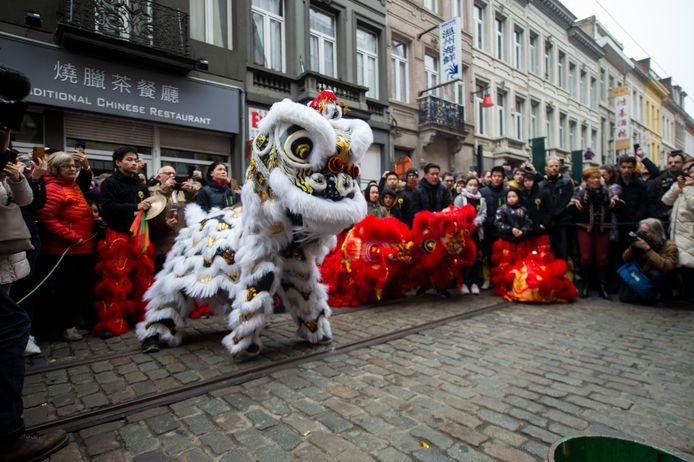 De Chinese gemeenschap viert Nieuwjaar in de Van Wesenbekestraat.