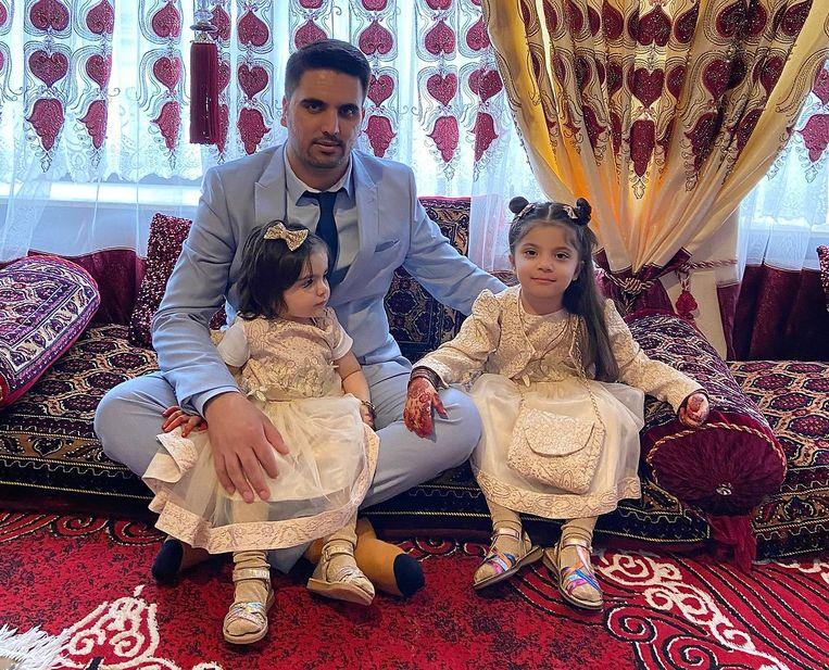 Hejrat Baiad met zijn dochters Sana (4) en Zala (2). Beeld RV