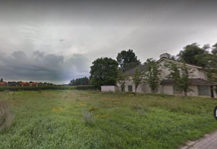 De vrijstaande woning van de familie Van Roessel (rechts) en het te bebouwen terrein naast en achter hun woning.