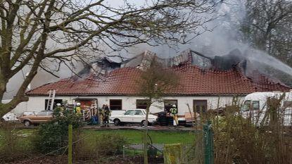 Zware uitslaande brand in opslagplaats voor oldtimers