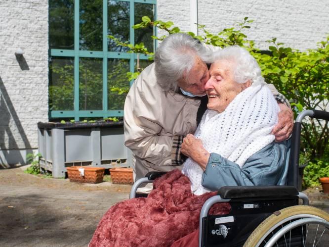 Beste verjaardagscadeau ooit voor tweeling Josephine en Maria (100): elkaar nog eens goed knuffelen