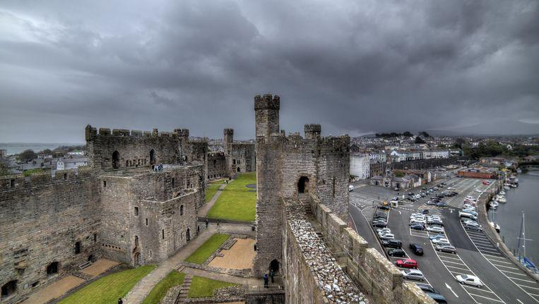 Het 13de-eeuwse fort van Caernarfon, gebouwd door de Engelse koning Edward I. Uitgerekend het koninklijke vestingstadje is een broeinest van Welsh nationalisme. Beeld Ivan Vdovin