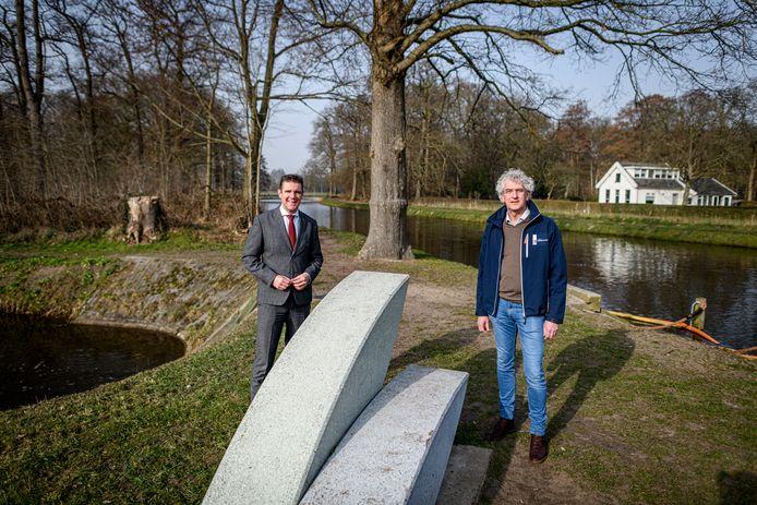 Wethouder Eugène van Mierlo van de gemeente Almelo en projectleider Gerrit Meijerink van Waterschap Vechtstromen (rechts) slaan met de operatie twee vliegen in één klap.