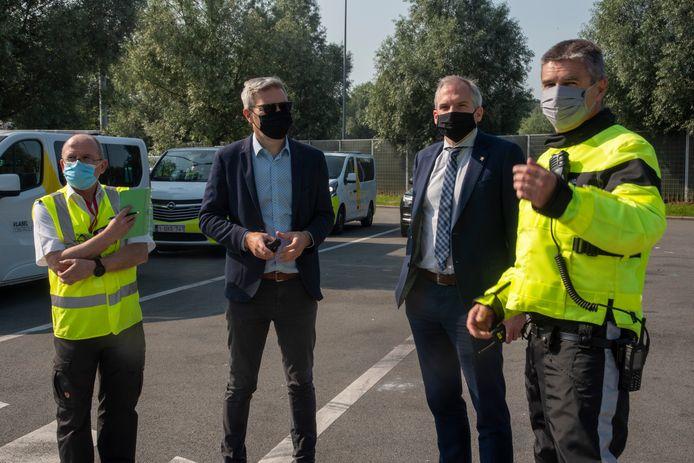 Administrateur Generaal David Van Herreweghe (rechts) legt minister Diependaele uit hoe de controles verlopen.
