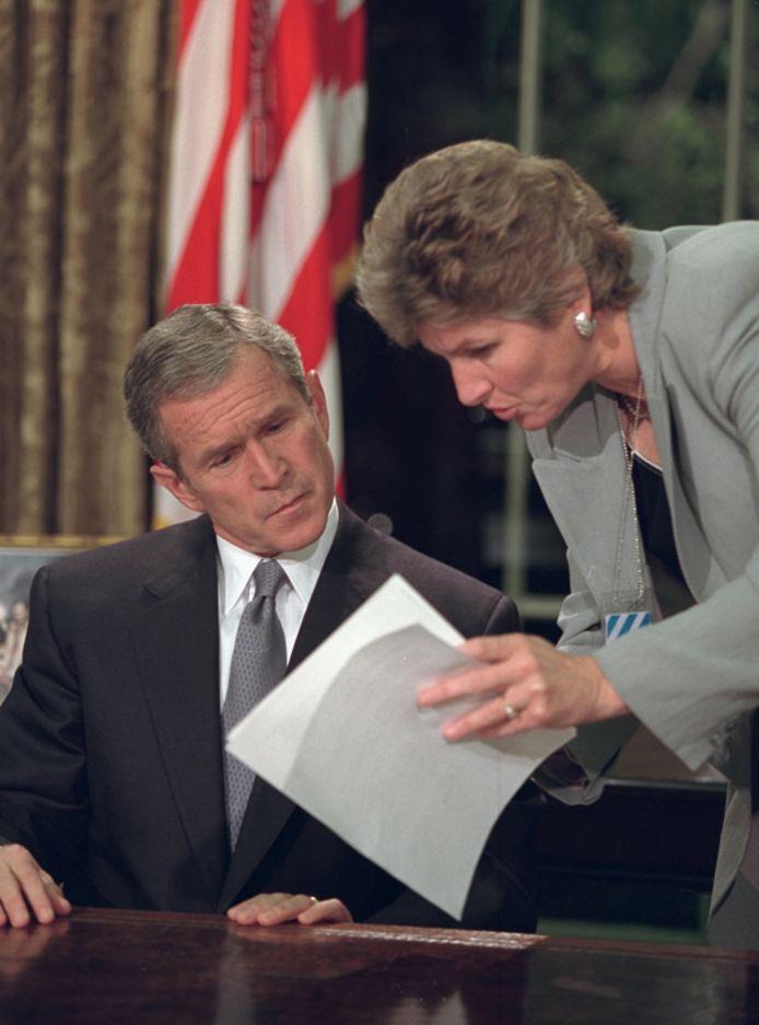 President George W. Bush overloopt zijn statement nog een keer voor hij de natie toespreekt.