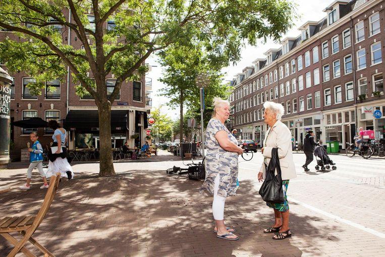 Karin Berends, 59, geboren in Spaarndammerdijk en Gerrie, 85, geboren in Noord, woont nu 57 jaar in de Spaarndammerstraat Beeld Niels Blekemolen