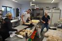 In de bakkerij is het al van 's ochtends vroeg een drukte om het vers brood en gebak te bereiden.