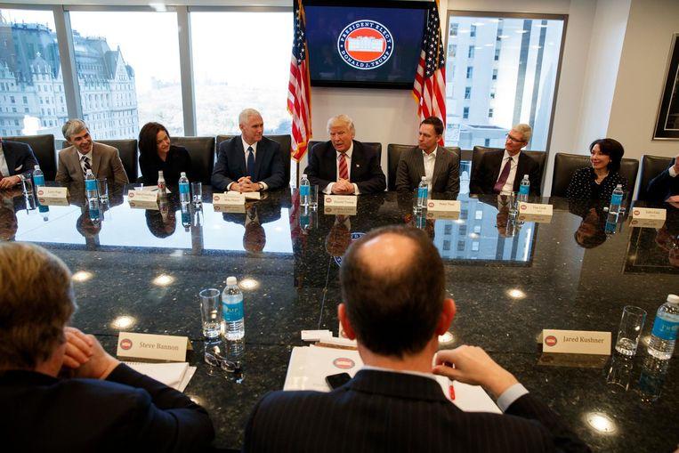 Donald Trump woensdag in Trump Tower te midden van topmensen uit de technologie-industrie. Beeld ap