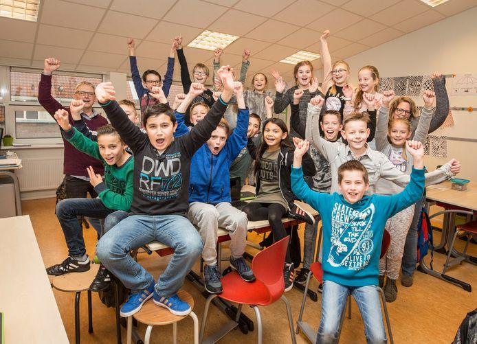 Groep 7 van De Horizon in Rilland is behoorlijk mediawijs. Uiterst links leerkracht Alfons Govers en uiterst rechts Marisca van Peet.