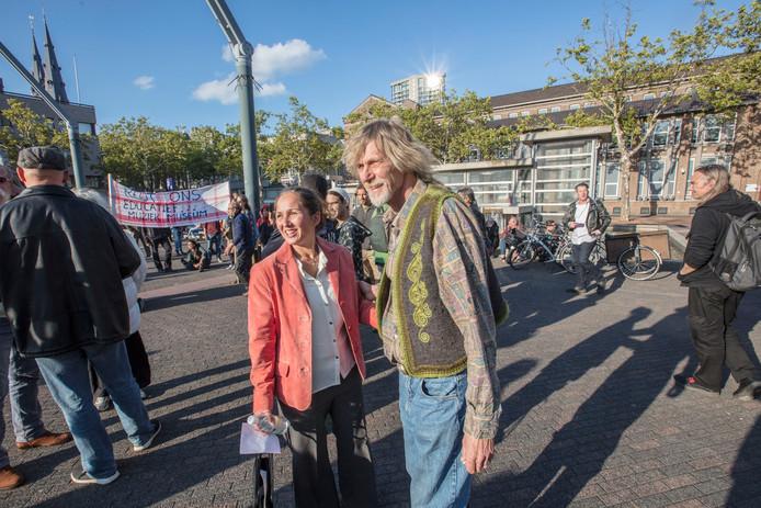 Geert en Marleentje Tiersma op het Stadhuisplein, waar eerder actie werd gevoerd voor behoud van hun 'culturele broedplaats' Pizza Geert aan de Gabriël Metsulaan.