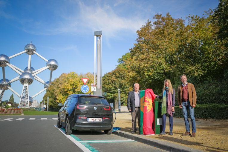 De eerste publieke laadpaal bevindt zich aan de voet van het Atomium