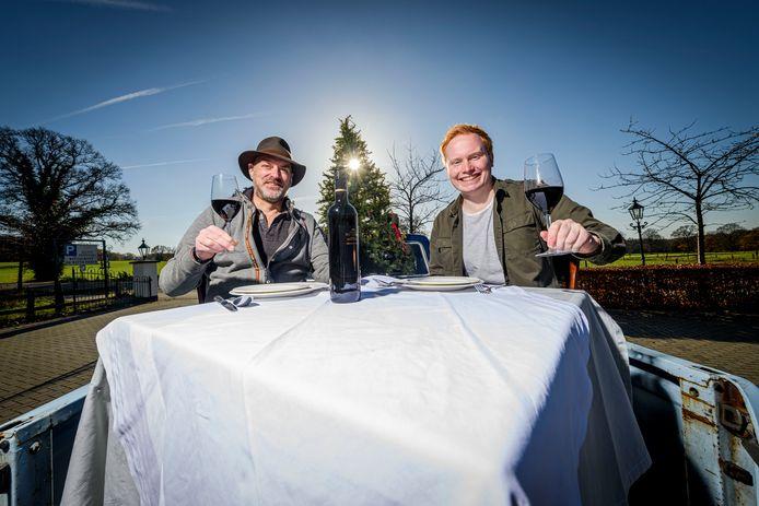 TT-2020-006051 Henk Demmer (links) van De Witter Hoeve en Ruben Arends van gasterij De Smid hebben nu al zin aan Veurn en ett'n.
