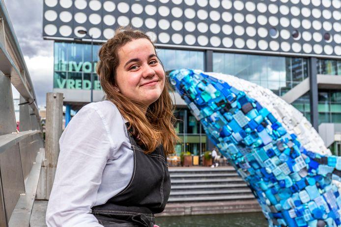 Veel Utrechters lieten zich fotograferen voor de plastic walvis, onder wie Francien Vos. De makers van Skyscraper wilden aandacht voor de plastic soep in de oceaan.