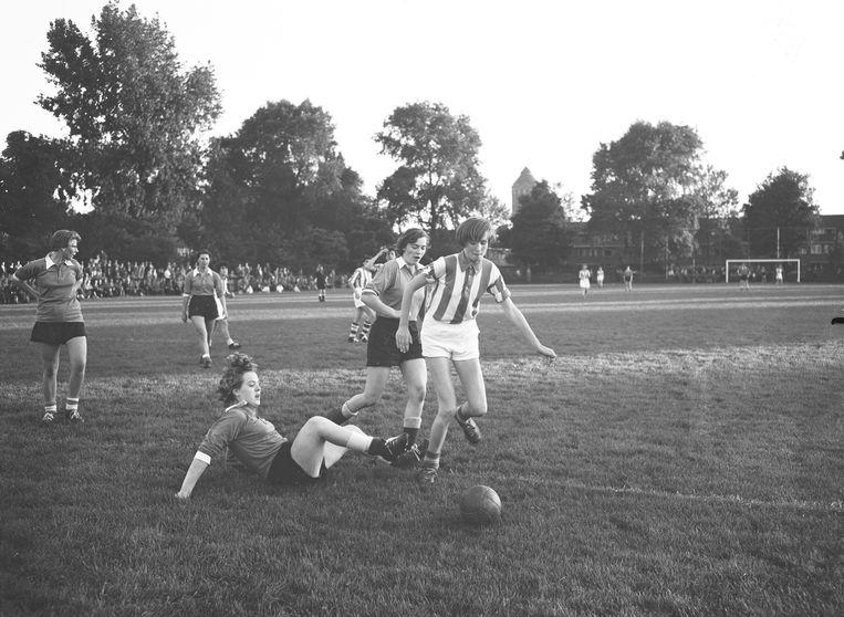 Utrecht, 1956: damesvoetbal-wedstrijd op het terrein van sv HMS. Beeld ANP