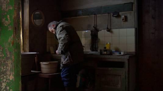 Boer Peer in zijn keuken, een beeld uit de film Boer Peer van Daan Jongbloed.