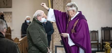 Aswoensdag in Deurningen: geen kruisje, maar as strooien, op het  hoofd