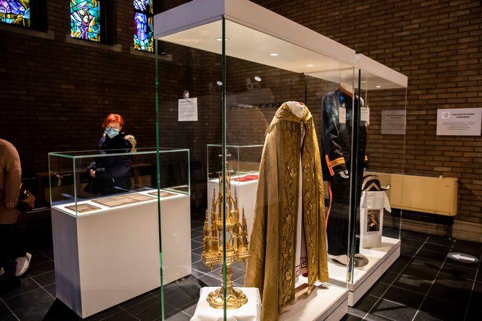 Onder meer het uniform van de vroegere kerkwachter is er te zien.