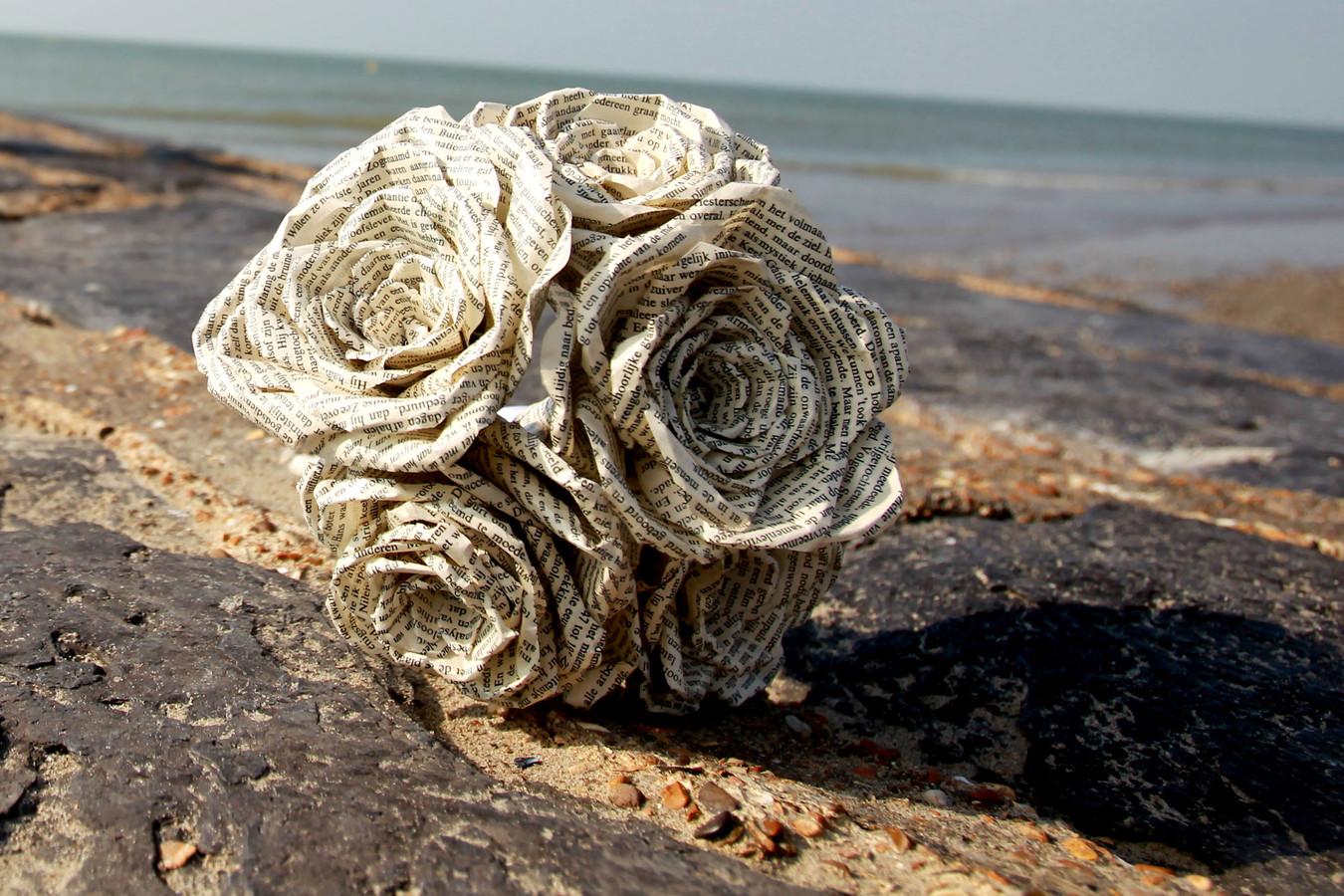 Trouwbloemen, gemaakt van papier uit een oud boek.