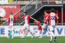 De spelers van FC Emmen vieren een feestje.