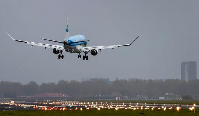 Een toestel van KLM landt op de Polderbaan van luchthaven Schiphol.