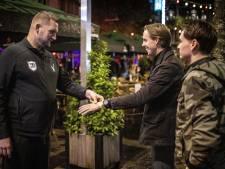 Vanaf zaterdag kun je in Hengelo van café naar café met een polsbandje: 'Dit ontlast enorm'