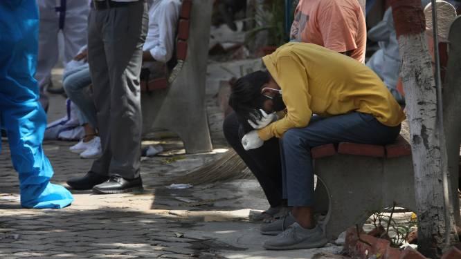 Nieuwe recordcijfers in India: ziekenhuizen in hoofdstad zonder zuurstof, crematorium verbrandt zelfs lichamen op parking